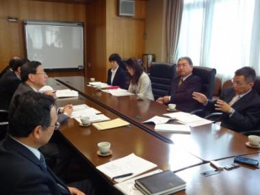 市長に説明する角谷敏男議員(右)、市長は左の中央が竹内市長